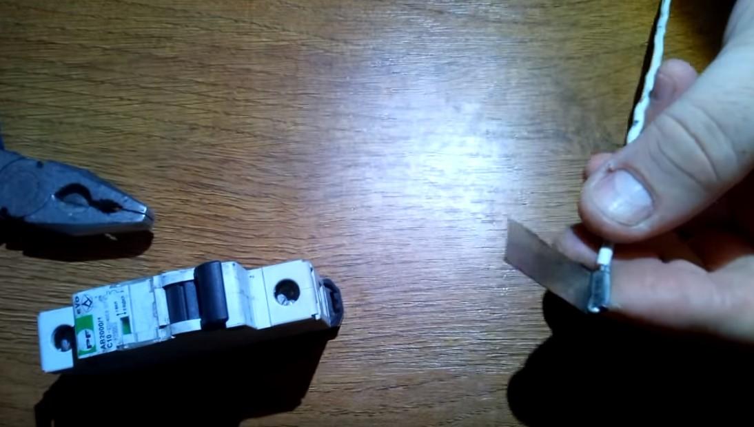 Подключение провода в автомат