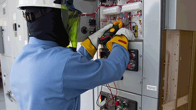 Электромонтажные работы в спецодежде и средствах индивидуальной защиты