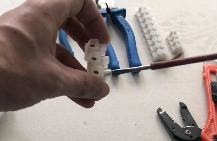 Обычный клеммник на три провода