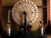 Как правильно называется машина для тока с большим колесом? Нам показывали ее на уроке физики