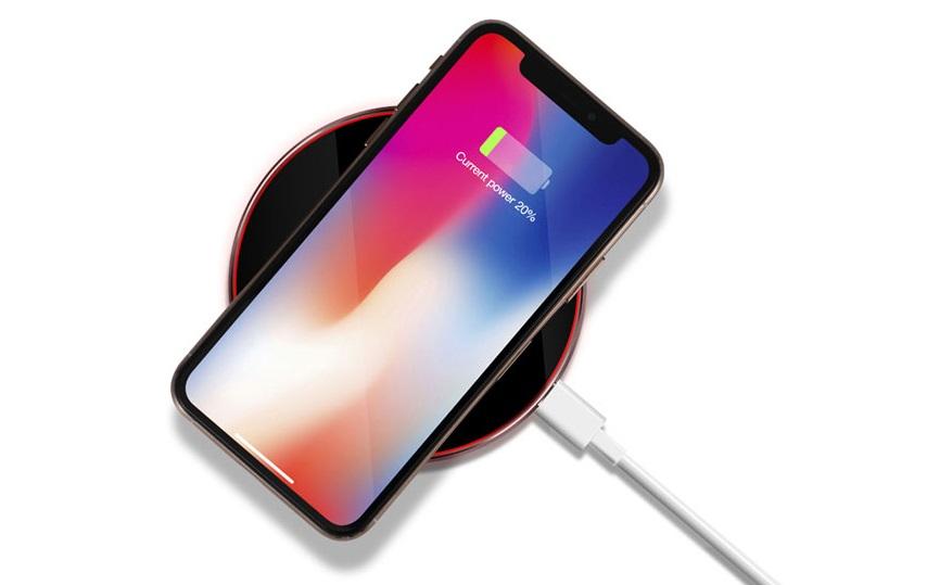 разряженный телефон лежит на беспроводной зарядке