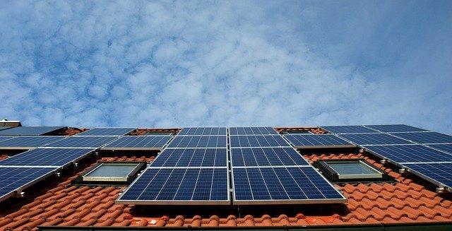 Солнечная батарея закрепленная на крыше